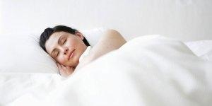 أوضاع خاطئة في النوم تتسبب في ترهل الثدي ومشكلات بالرحم