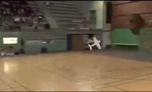 طائرة يابانية ترقص على أنغام الموسيقى
