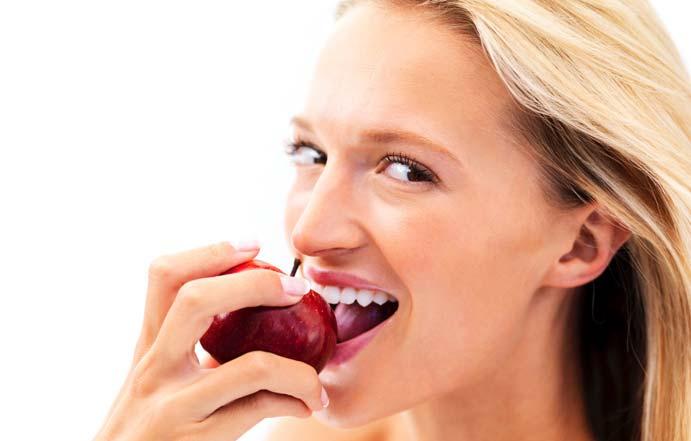 خمسة أطعمة تحسّن رائحة الفم
