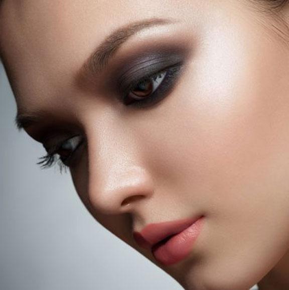طريقة عمل مكياج العيون السوداء
