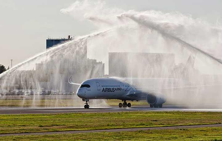 سبب رش الطائرات بالماء في بعض المطارات