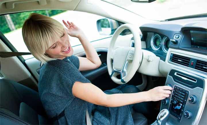 الاستماع إلى الموسيقى أثناء القيادة يعرض حياتك للخطر
