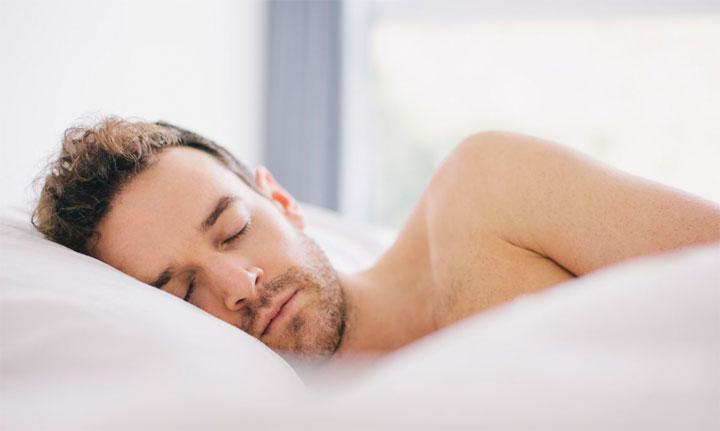 ثلاث فوائد للنوم عاريًا