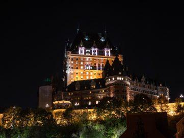 Québec de nuit avec le château de Frontenac illuminé.