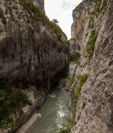 Des ouvertures dans les tunnels du sentier Blanc Martel pour profiter de la vue