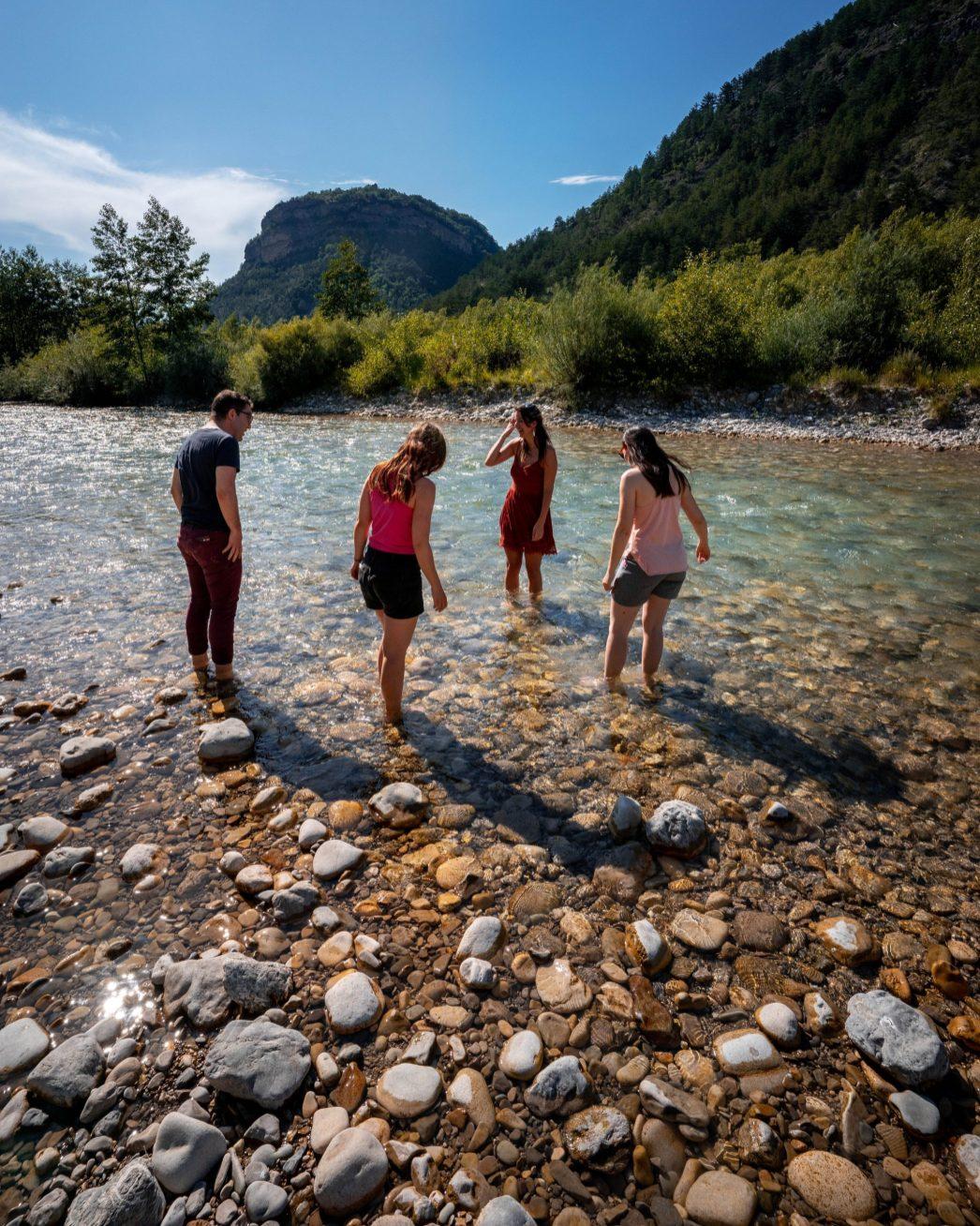 Petite pause les pieds dans la Drôme avant la découverte de la brasserie la Manivelle