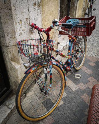 Un petit vélo au bord du marché
