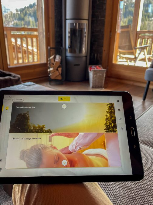 Une tablette à disposition pour réserver des services