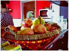 Canasta con manzanas, bananas, peras