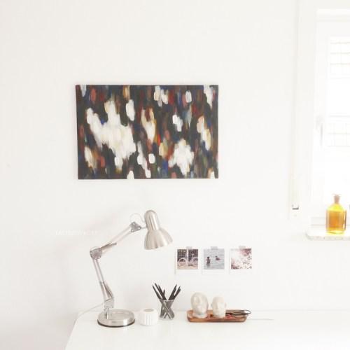 Arbeitsplatz Schreibtisch weiss modern skandiavisch minimalistisch schlicht dekorieren im Herbst. Farbakzente Deko mit Kunst. Wohninspiration.