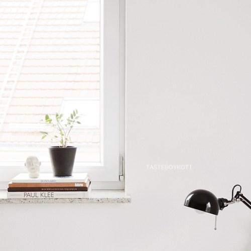 Fensterbank dekorieren skandinavisch modern minimalistisch schlicht monochrom Tischleuchte Ikea Zimmerpflanze Bildbände FollowMe Leuchte Marset schwarz-weiß wohnen einrichten Wohninspiration Interior Design Wohnideen Tasteboykott Wohnblog