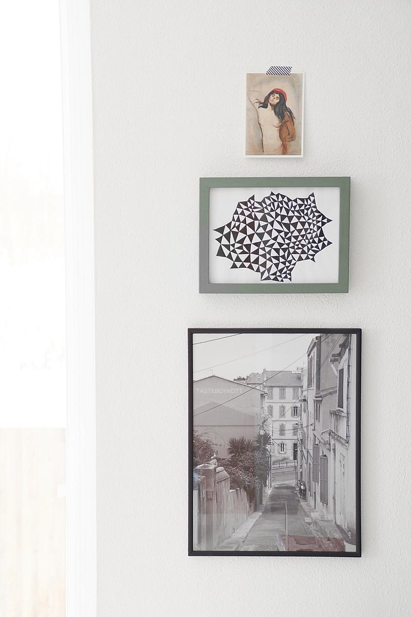 Wohntrend: Bilder übereinander hängen als moderne Wanddeko. Einrichten und dekorieren mit Kunst. Wohninspiration Tasteboykott Wohnblog Wohnideen.