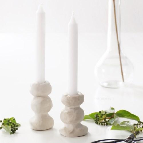 DIY Deko: einfache moderne Kerzenständer aus Ton selbermachen. Kerzenhalter zur Dekoration schnell, kreativ und günstig fürs Zuhause basteln. Wohnideen Dekoideen Wohninspiration Tasteboykott Wohnblog.
