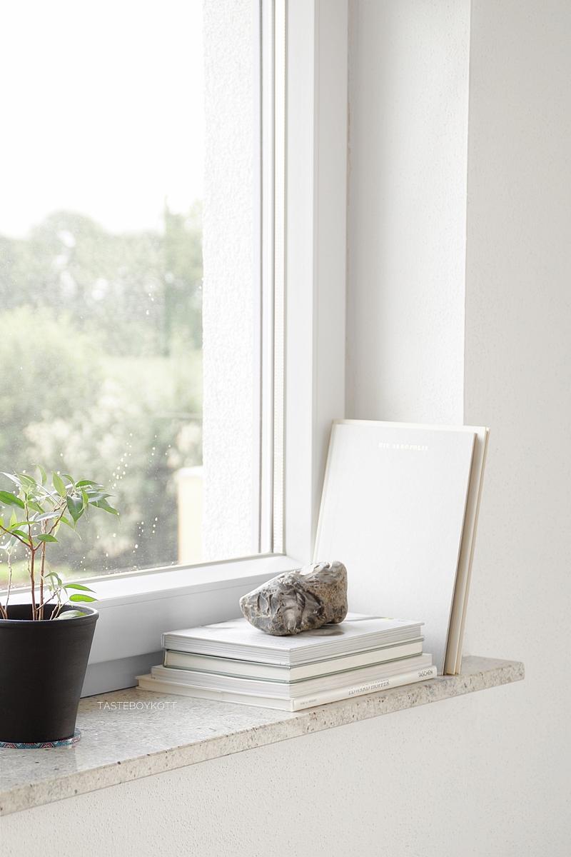 Stein vom Strand als Skulptur dekorieren. Fensterbank Deko skandinavisch modern minimalistisch schlicht reduziert monochrom schwarz weiß grau wohnen einrichten Bücher Zimmerpflanzen Natur Wohnideen Wohninspiration Tasteboykott Wohnblog.