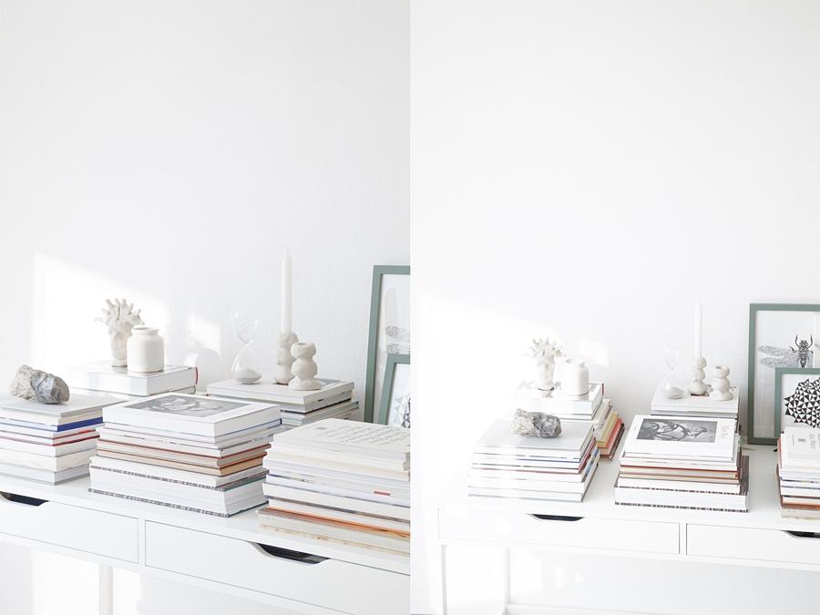 Schreibtisch dekorieren skandinavisch modern mit Bildbänden / Kunstbüchern, Kunst als Wanddeko und DIY Kerzenständern in schwarz, weiß, beige. Wohnideen Wohninspiration Deko Tasteboykott Wohnblog.
