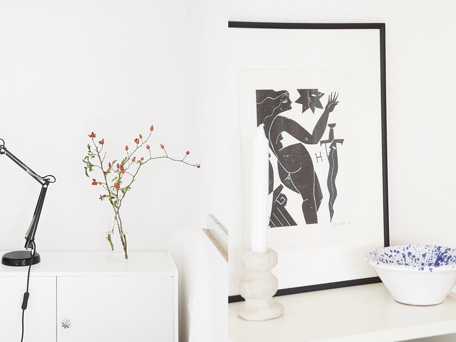 Reduzierte Herbstdeko mit Hagebutten; Regal modern minimalistisch dekorieren mit Kunstprint in schwarz-weiß, DIY Kerzenständer und Souvenir-Schale. Skandinavisch schlicht monochrom wohnen einrichten Dekoideen Wohnideen Wohninspiration Tasteboykott Wohnblog.