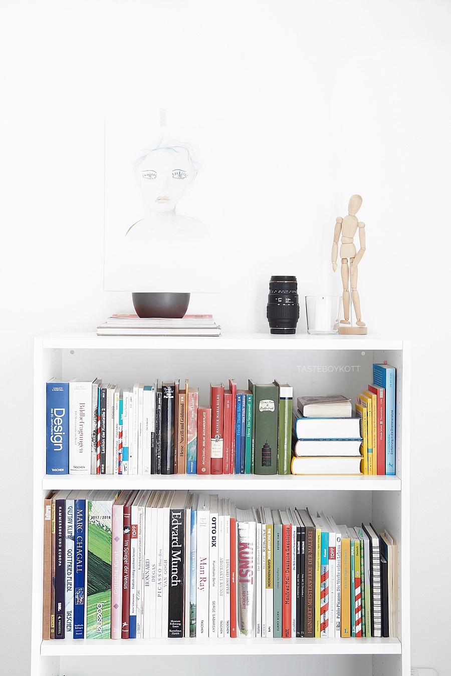 Arbeitszimmer modern skandinavisch schlicht weiß mit Bücherregal von Ikea. Wohnheimzimmer für Studenten einrichten Tipps und Wohnideen Tasteboykott.