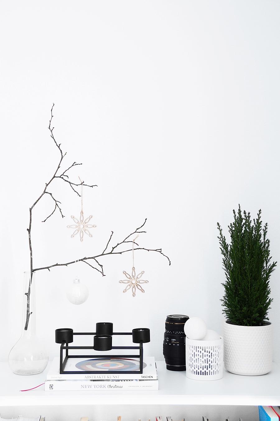 Weihnachtsdeko mit Zypresse modern minimalistisch in schwarz-weiß