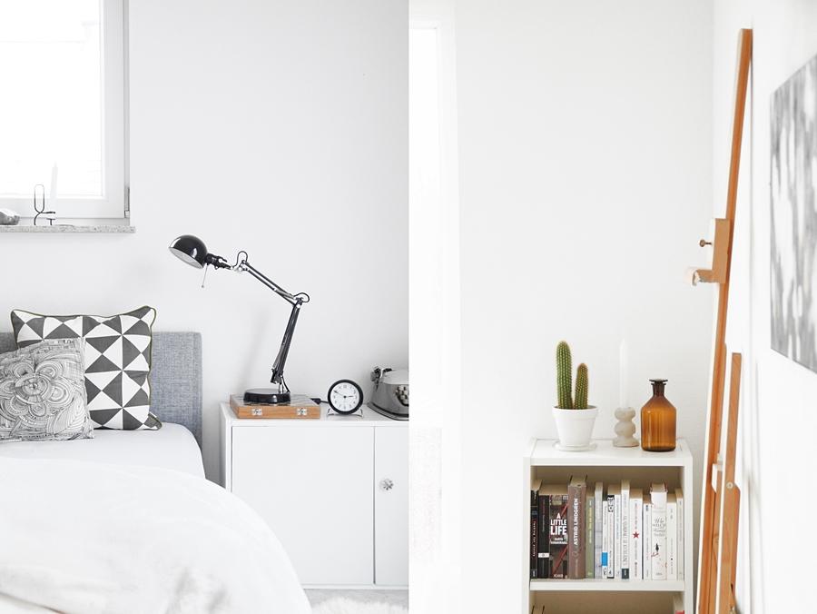 Schlafzimmer modern skandinavisch einrichten in grau-weiß.   Regal dekorieren mit Kaktus, Kerzenständer und vintage Apothekerflasche. Wohnideen Wohninspiration und Dekoration - Tasteboykott Wohnblog.