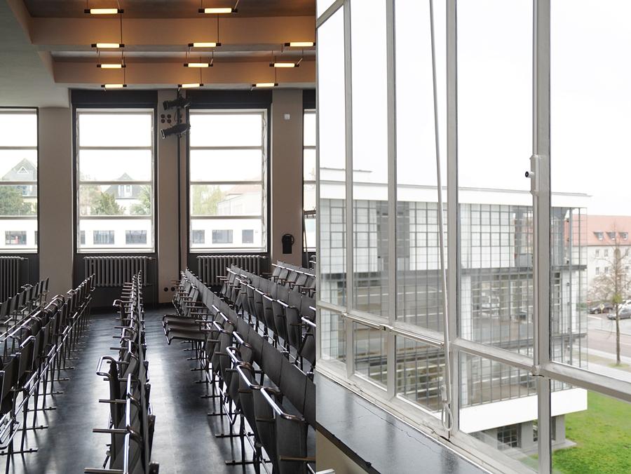 Aula und Detail Fenster im Bauhausgebäude. Stiftung Bauhaus Dessau.