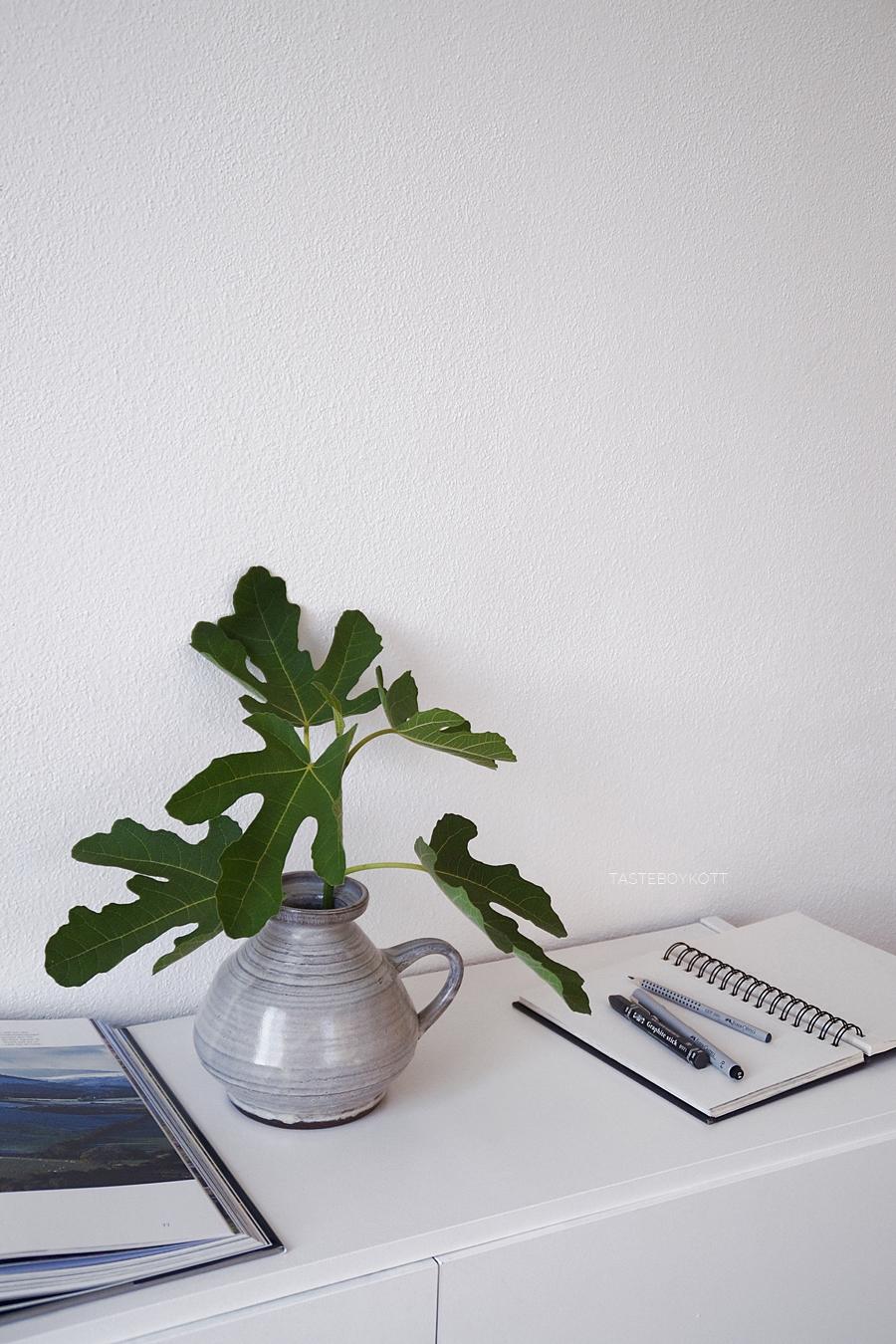 Sideboard dekorieren mit Feigenzweig in Keramikvase, modern skanidnavisch schlicht minimalistisch wohnen. Wohnideen, Dekoration. Wohninspiration Tasteboykott Wohnblog.