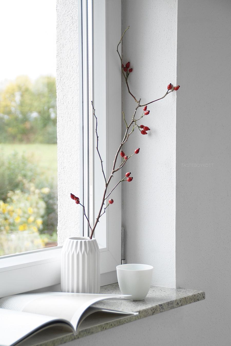 Herbstdeko mit Hagebutten in der Vase