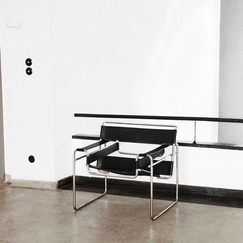 Design | Klassiker-Spotlight: Wassily Chair/ Stahlrohr Clubsessel B3 von Marcel Breuer. Schwarzer Bauhaus Design Stuhl Klassiker im Bauhausgebäude Dessau.