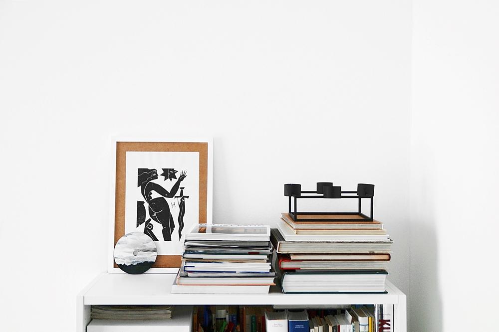 Outtakes – Monatsrückblick März & April 2020  - Weißes Bücherregal dekorieren mit Bücherstapeln. schwarzem Kerzenständer, Druckgrafik