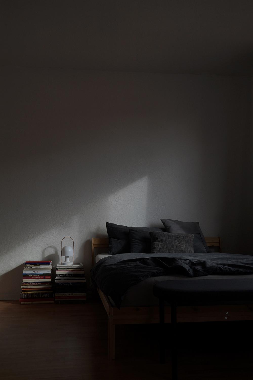 Möbel umstellen: Bänke am Bettende, Schlafzimmer modern einrichten mit Bank als praktische Ablage am Bett.