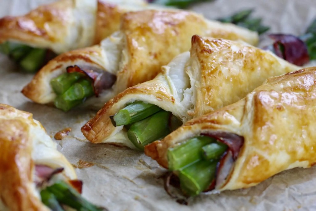Puffy asparagus with Schwartzwald ham and parmesan | benefits of asparagus