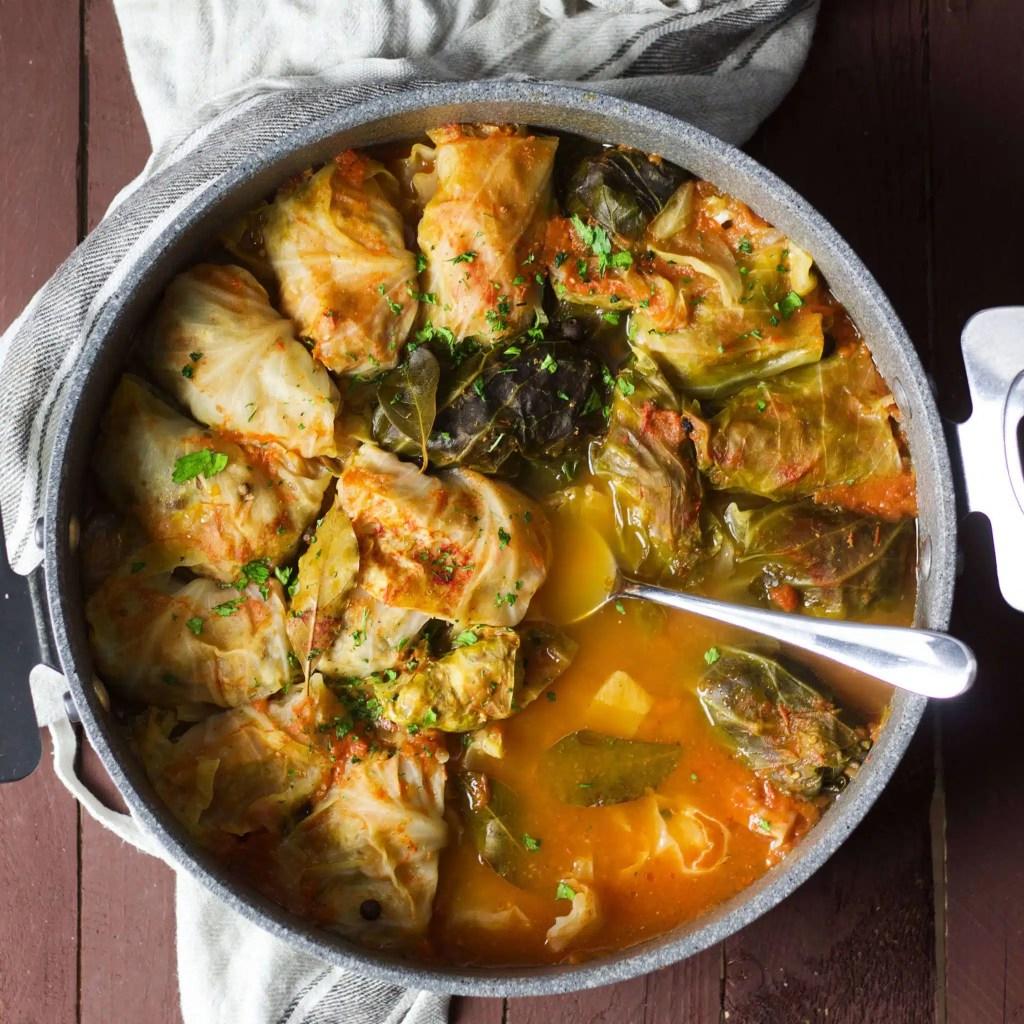 Easy recipe for tuffed cabbage rolls (golabki, holubki, töltött káposzta)