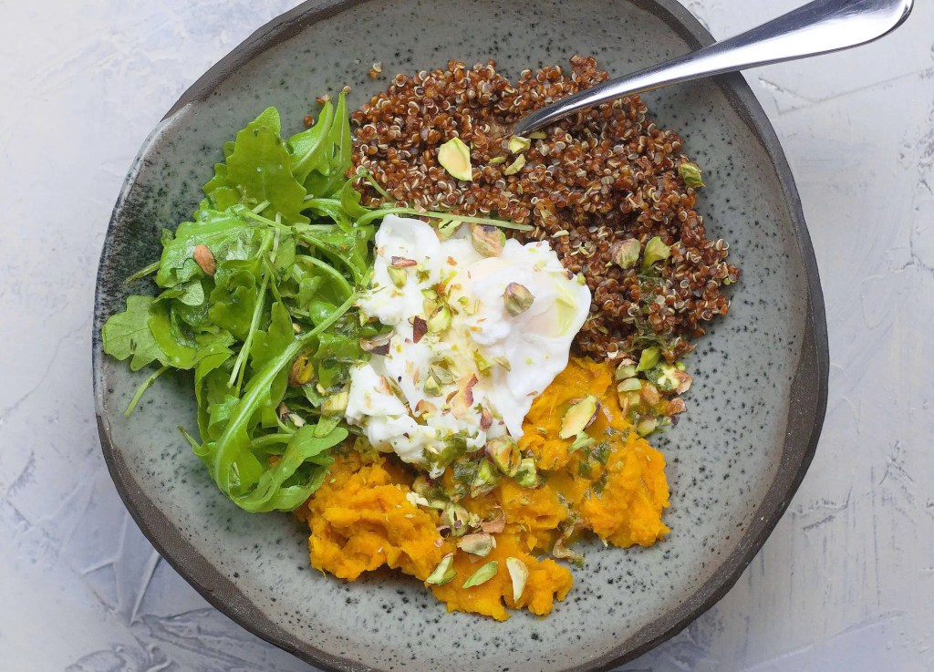 Amazing bowl with red quinoa (sweet potato, poached eggs and lemon dressing)