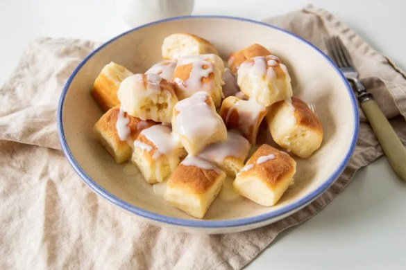 Delicious mini yeast buns with a creamy custard sauce.