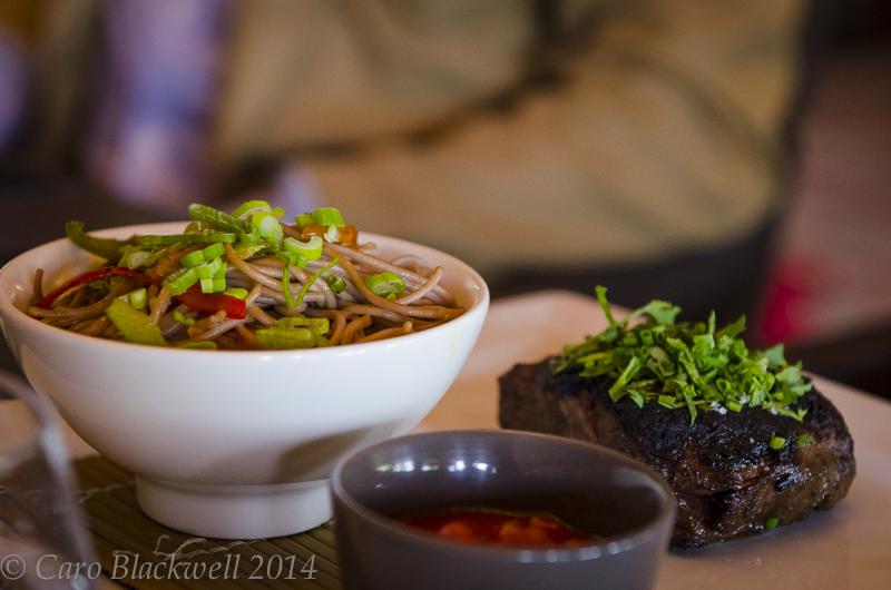 Filet de bœuf* mariné version « larme du tigre », Nouilles sautées au wok Marinated beef filet, Wok of Chinese Noodle