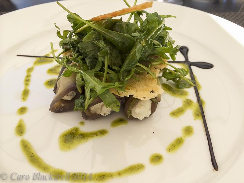 Nems d'aubergines à la brousse et basilic. Eggplant nems, basil and fresh goat cheese