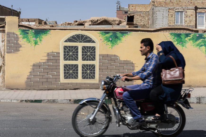 Unge iranere på knallert