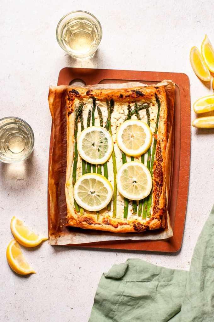 Lemon asparagus tart with white wine
