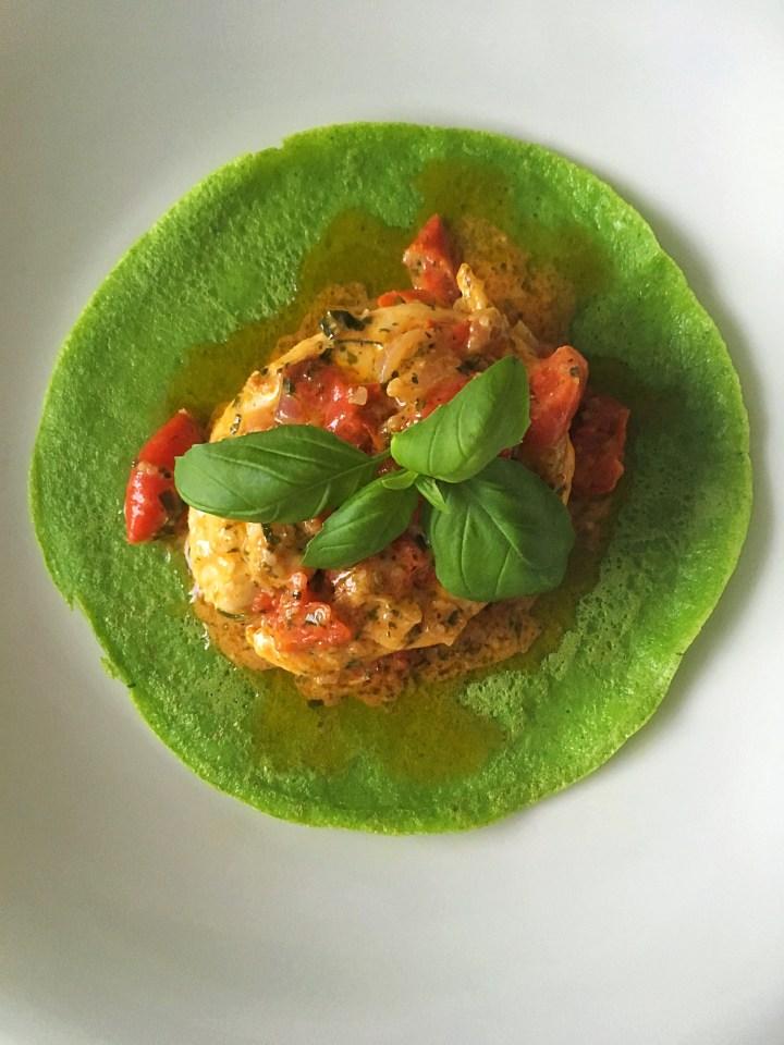 Spinazie pannenkoekjes met kip en tomaatjes