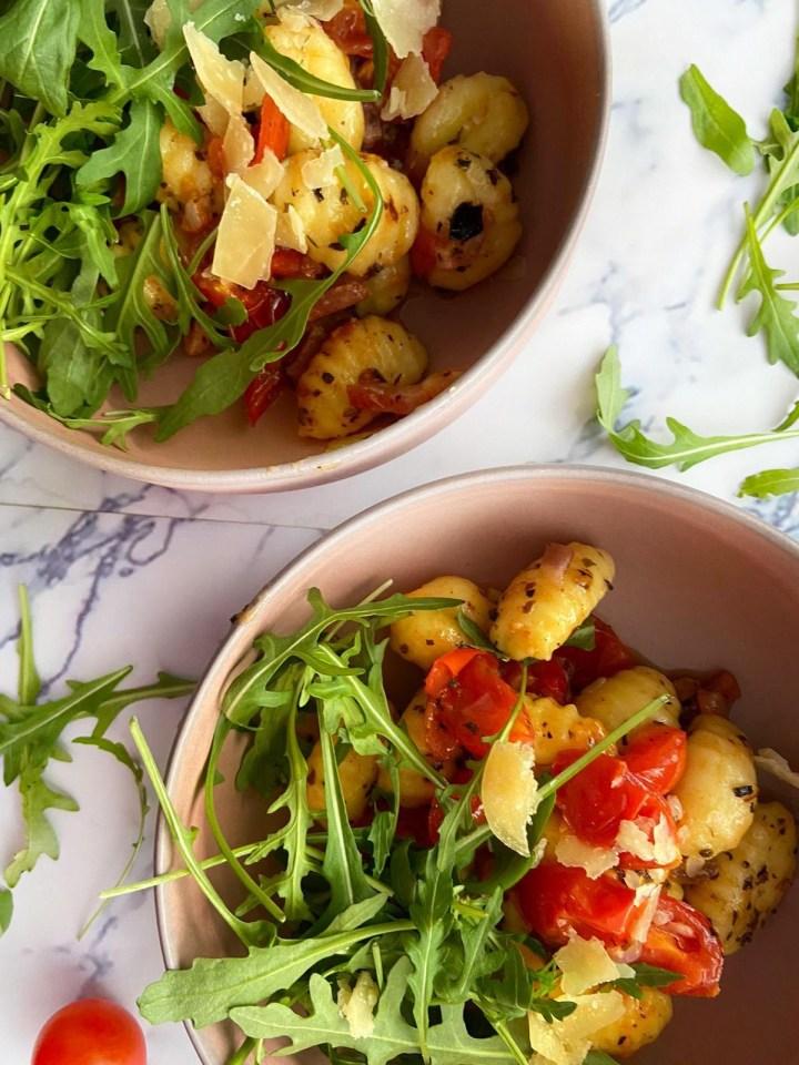 Gnocchi met geroosterde tomaatjes en spekjes