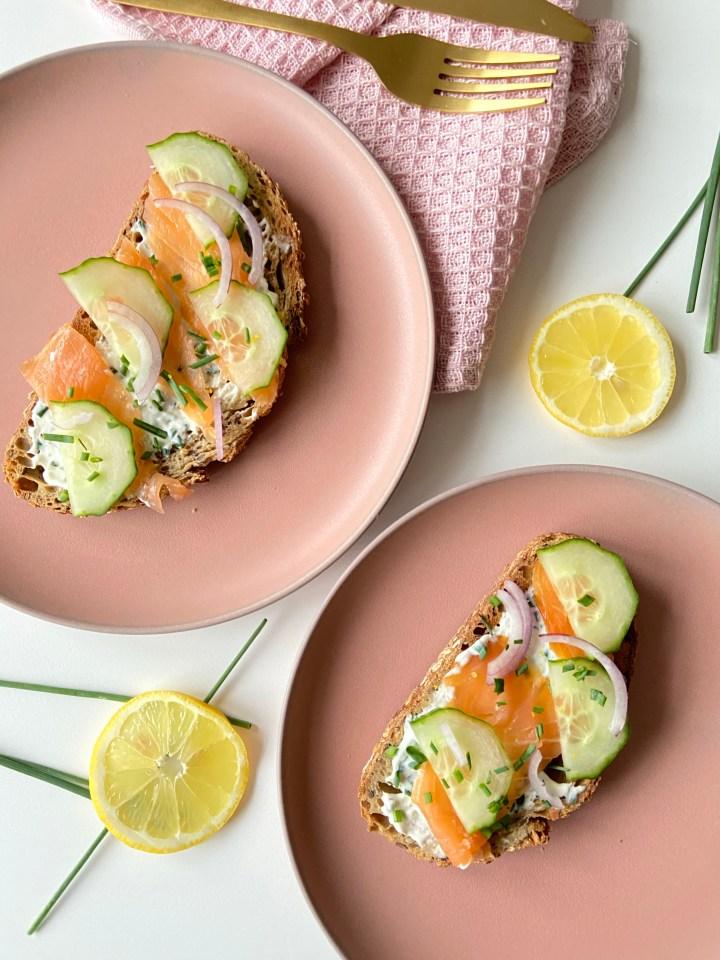 Broodje met zalm en kruidenroomkaas