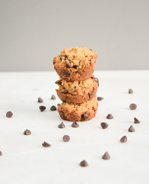 Vegan Mini Chocolate Chip Cookie Bites - flourless, gluten free, and vegan, these cute mini cookie cups are healthy AND yummy! | tastythin.com