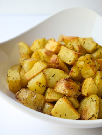 Roasted Rosemary Potatoes (Whole30 Paleo) - Yukon Gold potatoes and fresh rosemary combine for a simple and delicious side dishthat pairs well with just about anything! | tastythin.com