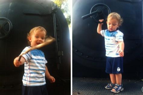 Bez obzira na staru parnu lokomotivu na koju se popeo, ponekad je upravo pronalaz štapa kojim možeš vitlati pravo veselje. :)