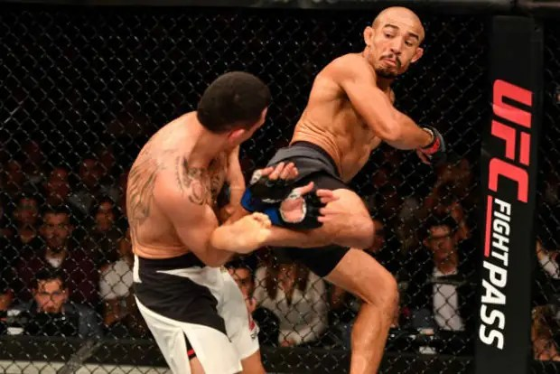 Apesar de muitos pedidos da torcida, Aldo aplicou poucos chutes na luta contra Holloway (Foto Getty Images)