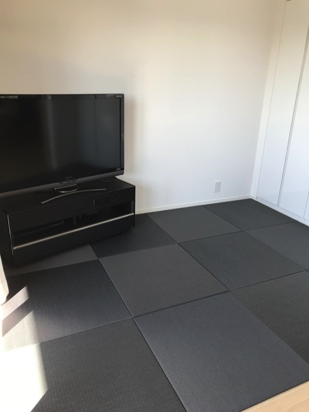 Tatami Matte in a trendy japanese room with black japanese tatami mats and