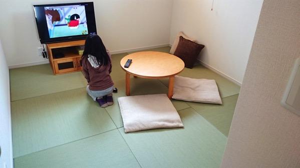 畳の前でテレビを見る子供さん