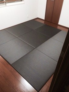 セキスイフロア畳 チャコールを濃い色のフローリングに敷いた事例