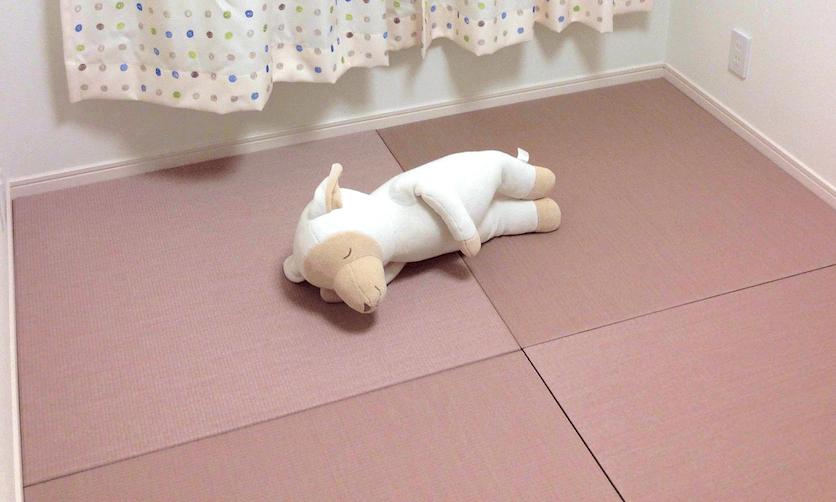 ピンクの畳で寝ています