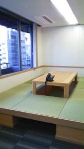 日本のオフィスビルに畳の会議スペースが急増中。日本企業は畳スペースで効率アップ!?