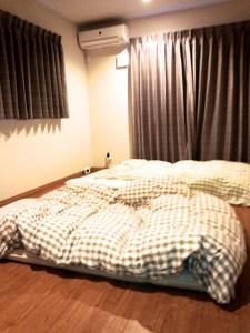 冬場にフローリングにマットレスを敷いて寝ると結露が発生しカビになることも。畳を敷くことで結露を防ぐことができますよ。